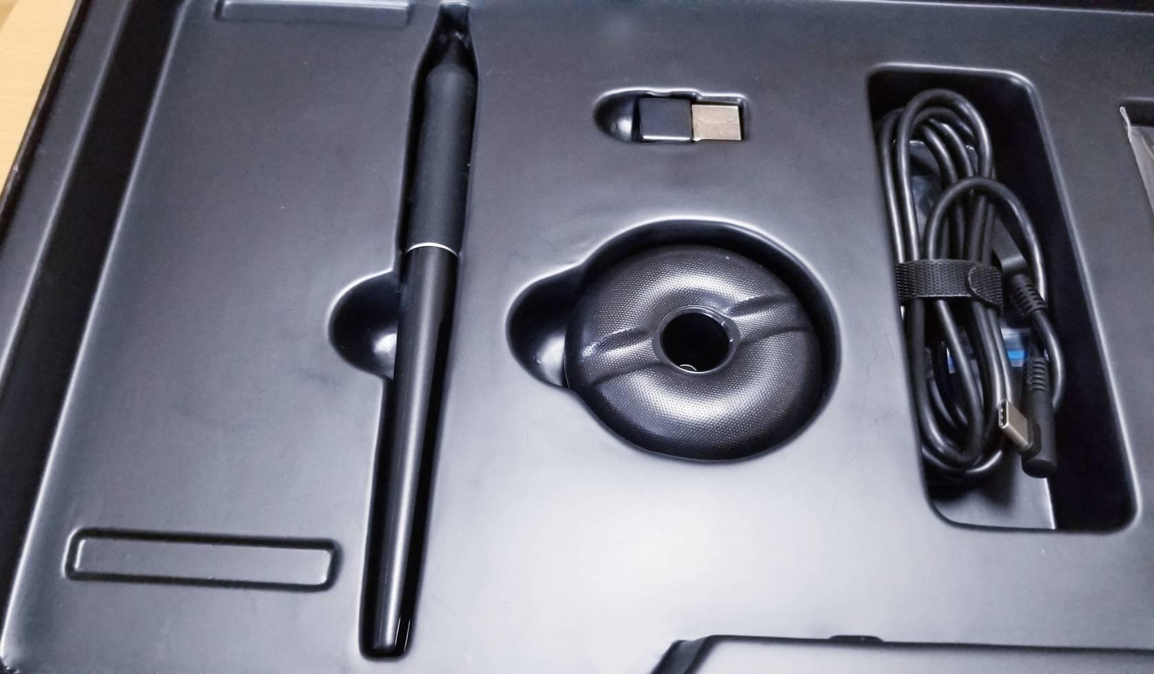 HUION KD200付属品ペン・ペン立て